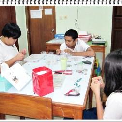 murid-murid sedang membuat kalung dan anting