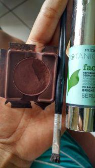 perlengkapan : eye shadow coklat, aplikator utk mata yg miring, serum