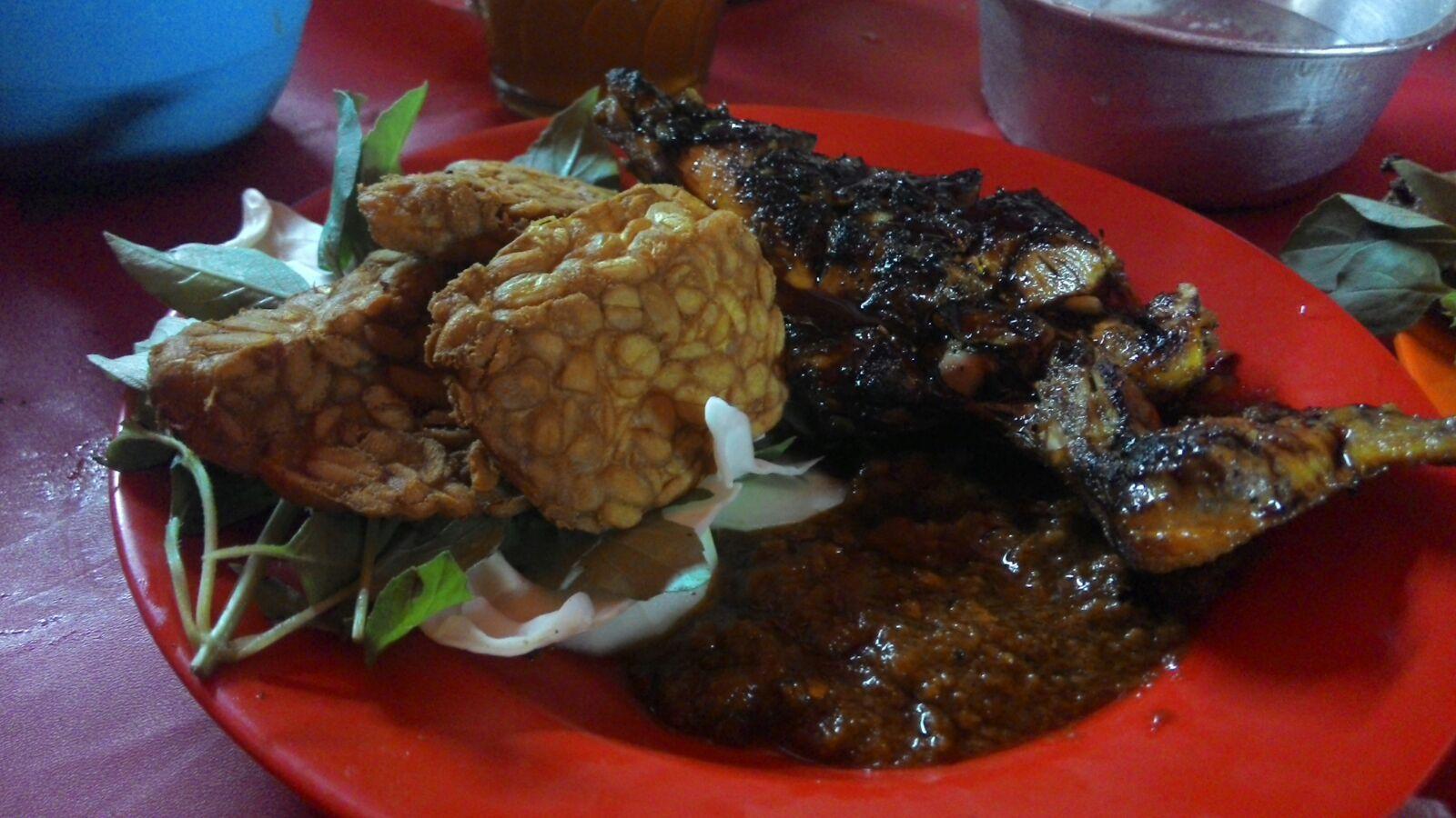 Dada & Tempe ini dimakan dengan nasi uduk